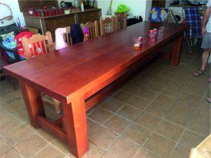 mesa maciza de dimensiones gigantes
